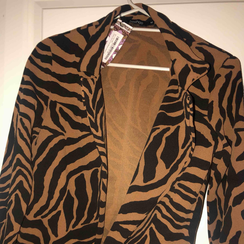 Kavaj i leopard mönstrat tyg. Kostymer.