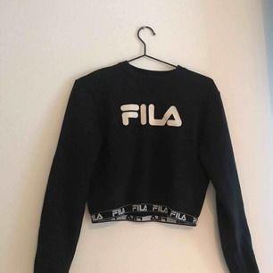 Säljer croppad FILA tröja ⭐️ Använd ca 2 gånger ⭐️ Frakt ingår i priset- betalning sker via swish ⭐️