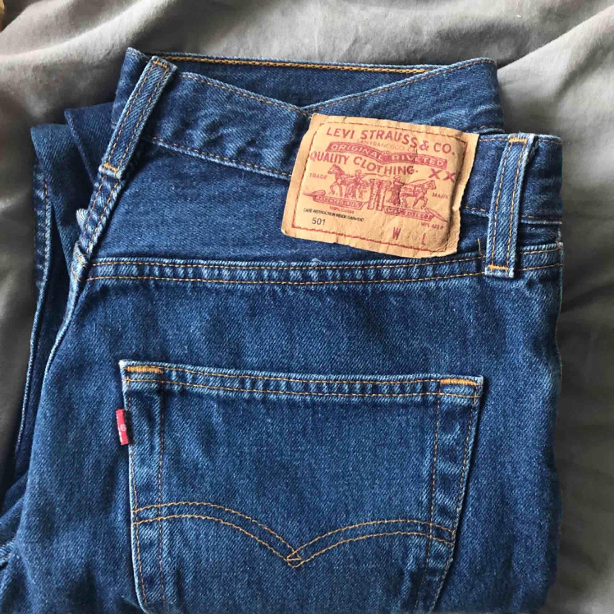 Skitsnygga Levi's jeans. Från 1990-talet. Sitter som momjeans och hyfsat högmidjade. Kontakta om ni vill ha bild på hur de sitter på😌. Köparen betalar frakt eller möts upp. Alla plagg tvättas och stryks innan de skickas☺️. #jeans #vintage #levis. Jeans & Byxor.