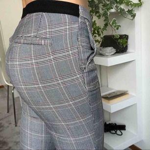 Fina tighta kostymbyxor från Zara som slutar ungefär vid ankeln. Grå rutiga med resår vid ryggen som håller byxorna uppe. Köparen betalar frakt eller möts upp. Alla plagg tvättas och stryks innan de skickas☺️. #kostymbyxor #rutigt