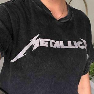 Cool croppad t-shirt från Brandy Melville. Grå,svart spräcklig och slutar under bröstet/ mitt på magen. Nypris- 300kr. Köparen betalar frakt eller möts upp. Alla plagg tvättas och stryks innan de skickas☺️.