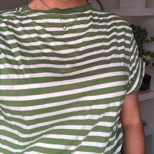 Bekväm grön-vit randig T-shirt från Hm, men köpt på myrorna🐜.  Köparen betalar frakt eller möts upp. Alla plagg tvättas och stryks innan de skickas☺️.