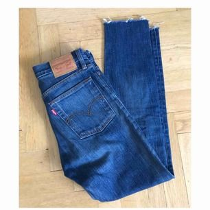 Jeans från Levi's. Storlek 25. Sparsamt använda. Avklippta nedtill (var så i butik). Ungefär en 30 i längd, medelhög midja. Väldigt fin tvätt!