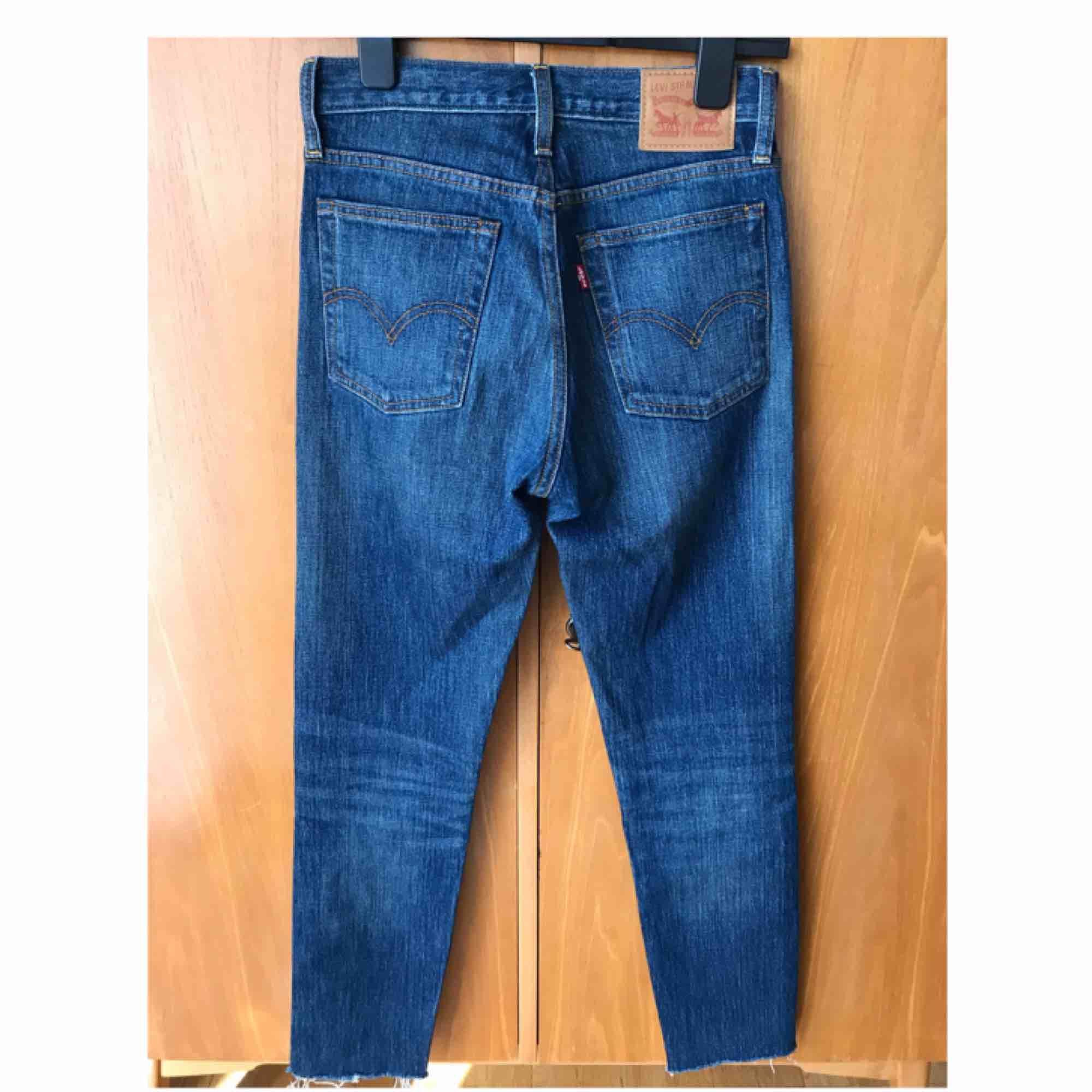 Jeans från Levi's. Storlek 25. Sparsamt använda. Avklippta nedtill (var så i butik). Ungefär en 30 i längd, medelhög midja. Väldigt fin tvätt! . Jeans & Byxor.