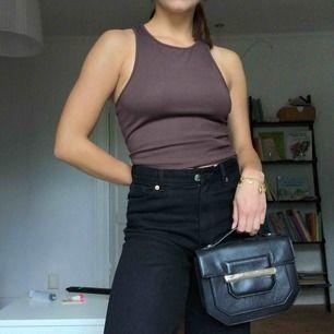 Säljer denna handväska från &otherstories. Använd sparsamt. Både lång guldkedja och ett kort handtag till att hålla i.
