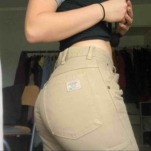 Jättesnygga crocker jeans Beige med fickor och lappar 200kr Storlek Xs passar S/mindre M också Aldrig använda dm för mer info🐢❎⚡️