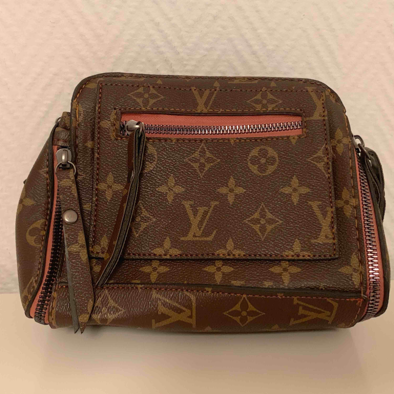 Louis Vuitton axelväska. Helt ny!  Riktigt bra kvalité. (Bra kopia)  —— OBS: KÖPAREN STÅ FÖR FRAKTEN! . Väskor.