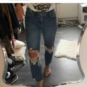 Jeans med slitningar, använda 2 ggr då det inte riktigt är min stil. 200kr , frakt ingår i priset
