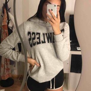 """Grå hoodie från Gina, tryck: """"flawless"""" använd ganska mycket och är lite nopprig, men inget man tänker på när man väl använder den!"""