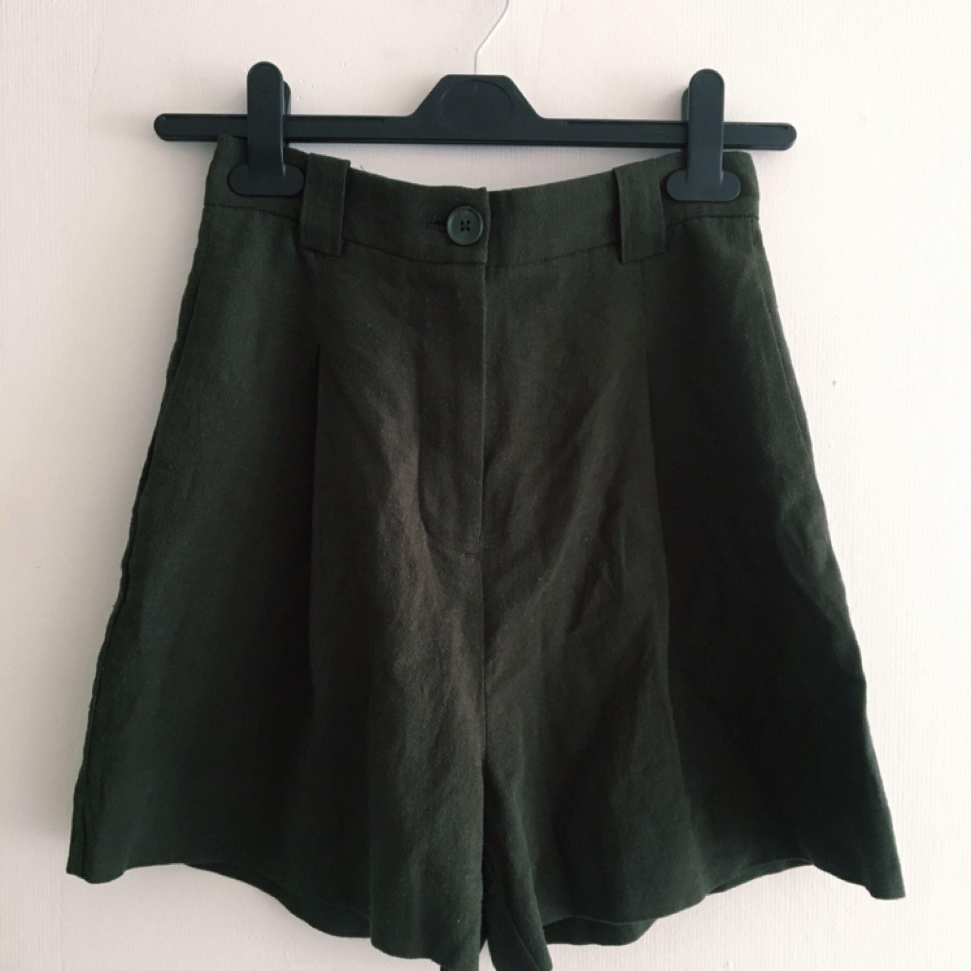 Oanvända shorts från Weekday. Hög midja samt fickor. Material: Linne och viskos. Orginalpris 400kr. Köparen står för frakt, kan mötas upp i Uppsala.. Shorts.