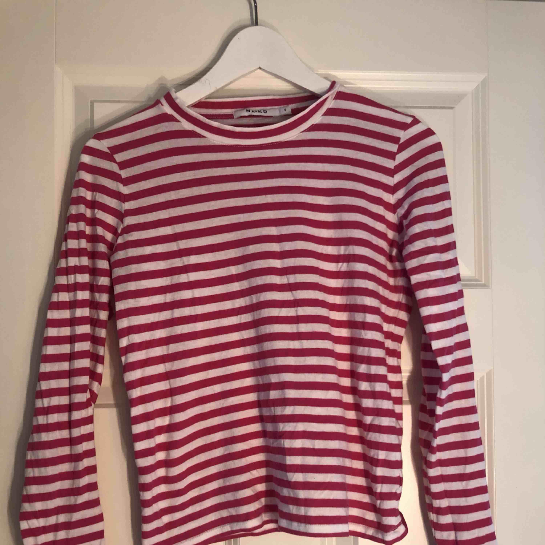 Vit/rosa randig långärmad tröja från na-kd🌸 bra skick. Frakt inkluderat i priset. Skjortor.