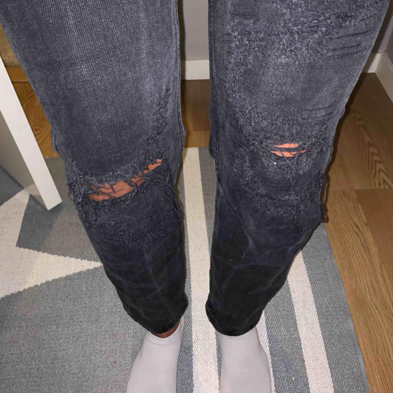 mörkgrå/svarta mom-jeans. Ganska små i storleken😄. Jeans & Byxor.