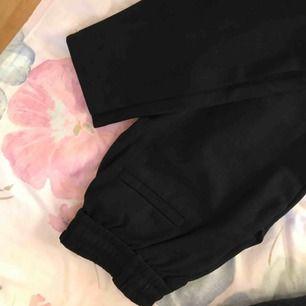 Kostymbyxor liknande, mjukt material. Knytning där fram