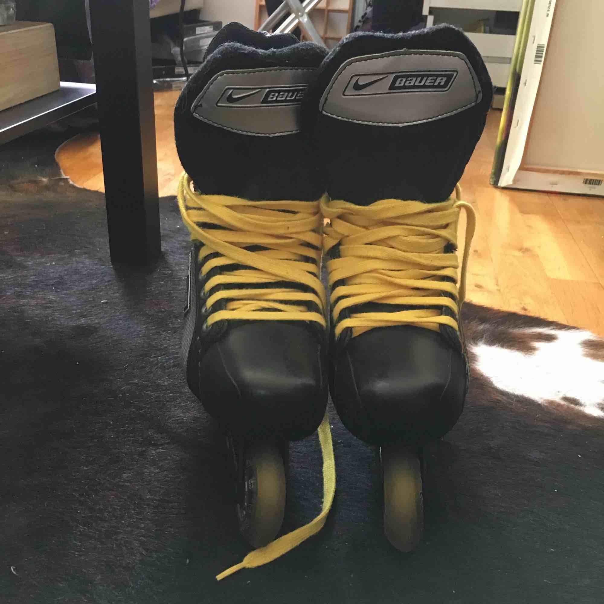 Säljer mina Nike Bauer inlines pga fel storlek.. 🤔 Det står stl 6 i och passar en som har 39 bra skulle jag säga! De är helt i nyskick, åkta med ett fåtal gånger men inget slitage alls! Nypris ligger runt 1300. . Övrigt.