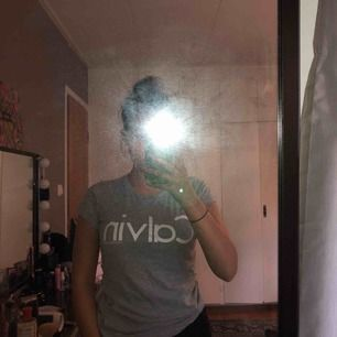 En fin t-shirt från Calvin Klein som jag köpte i Las Vegas på en Calvin Klein outlet. Storlek XS men skulle säga att den passar S. Säljer pga använder inte längre. Köparen står för frakten själv🤩