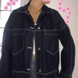 snygg marinblå jeansjacka med vita sömmar!! sparsamt använd 🥰🥰