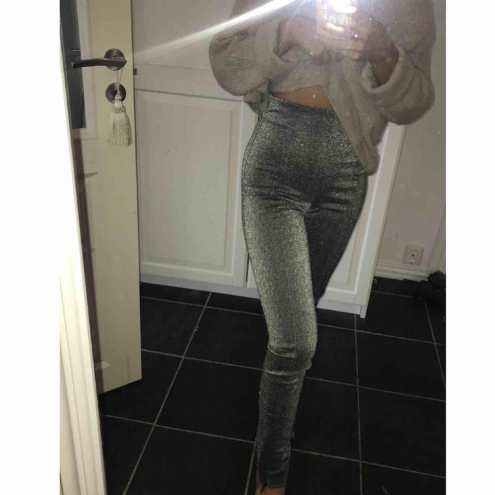 Glittriga leggings från H&M.  Storlek 32.  Finns dragkedja längst ner så man kan välja om man vill ha en slits eller inte.  . Jeans & Byxor.