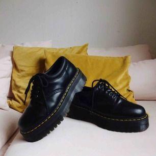 Dr. Martens 8053 Quad  - använda vid två tillfällen men de är tyvärr för små. Har i vanliga fall 41, så de är stora i storleken men inte SÅ stora... :'(((  - frakt ingår    Snyggaste jävla skorna, skynda att fynda!! Nypris ca. 2000.
