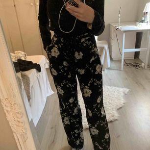 """Säljer ett par blommiga """"kostym"""" byxor  Från vero Moda  Köpta för 600kr Använda ett fåtal gånger"""