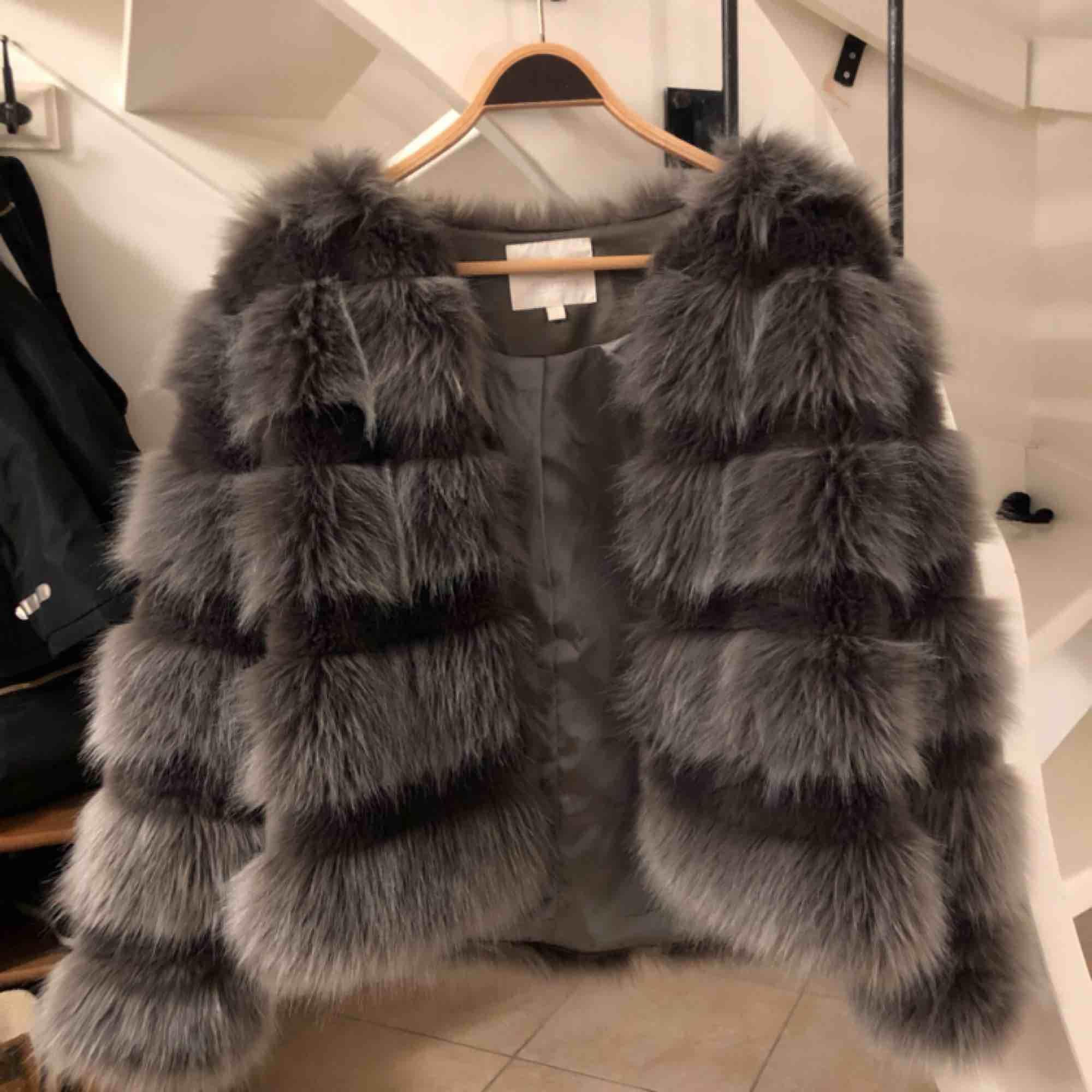 Superfin grå faux fur jacka från Chiquelle, endast använd ett fåtal gånger. 400 kr Storlek S. Jackor.