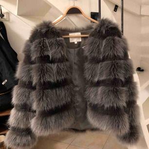 Superfin grå faux fur jacka från Chiquelle, endast använd ett fåtal gånger. 400 kr Storlek S