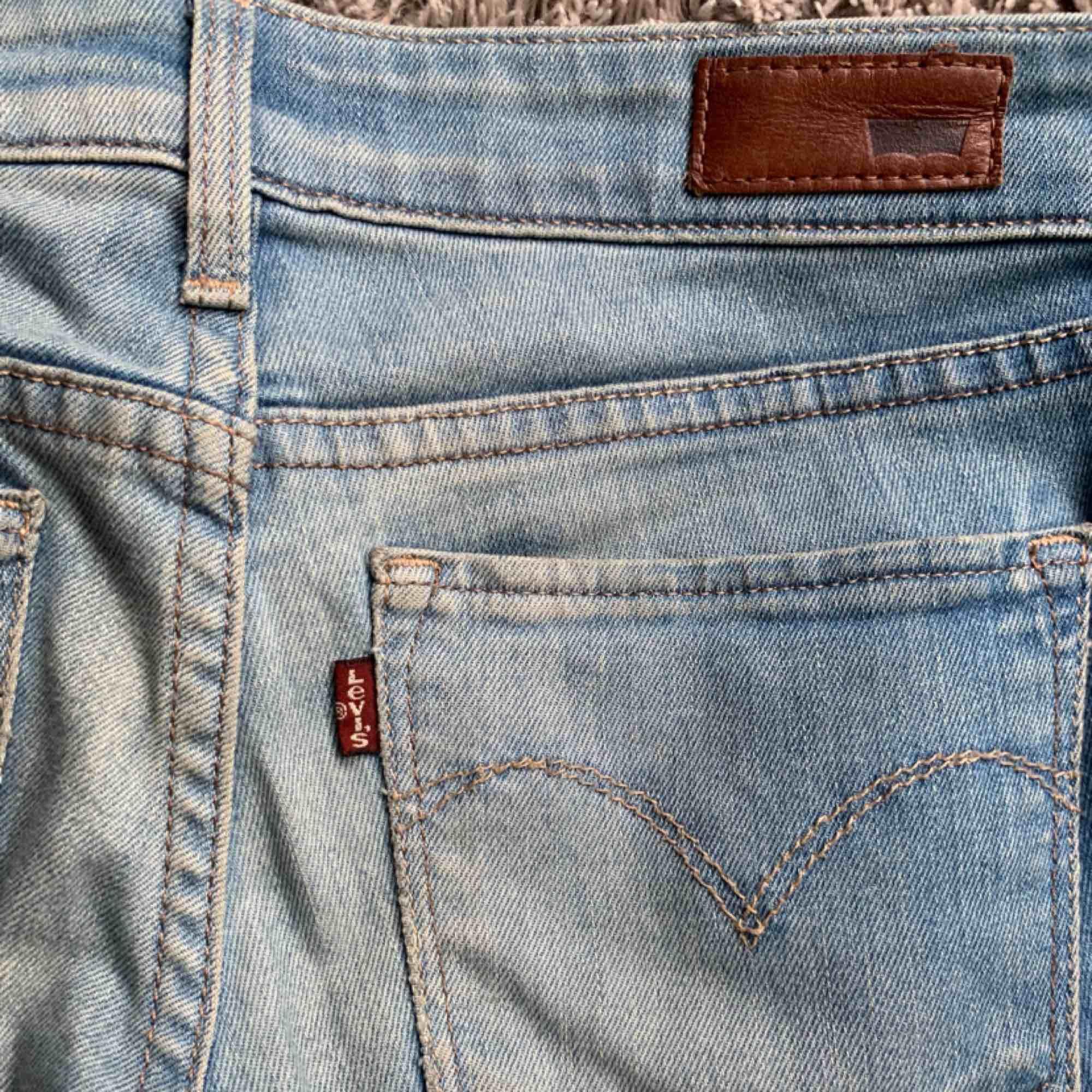 Lågmidjade blåa jeans med slitningar på ena knät. Säljer pga för småa!. Jeans & Byxor.