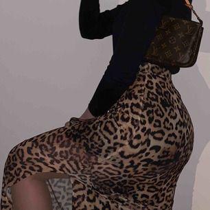 Leopard kjol med slit! Endast använd några gånger :) frakt på 20kr tillkommer!