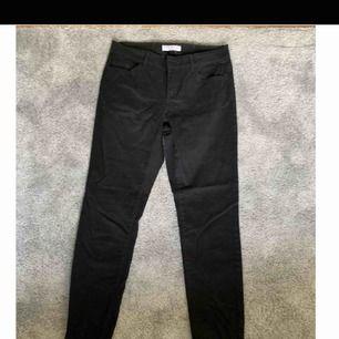 Svarta byxor från Denim by Lindex som även har svarta metalldetaljer (knapp, dragkedja). Raka i benen. Som jämförelse är jag 170cm lång och har vanligtvis S/36 på byxor.