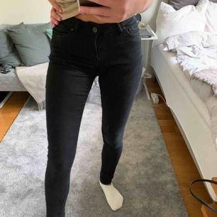 Svarta jeans från Tiger of Sweden. Två flärpar som skärpet ska sitta i har lossnat från ena sidan men går lätt att sy fast igen. Jag är 170 och dessa är lite för långa så kanske passar en lite längre/ att man klipper av själv.
