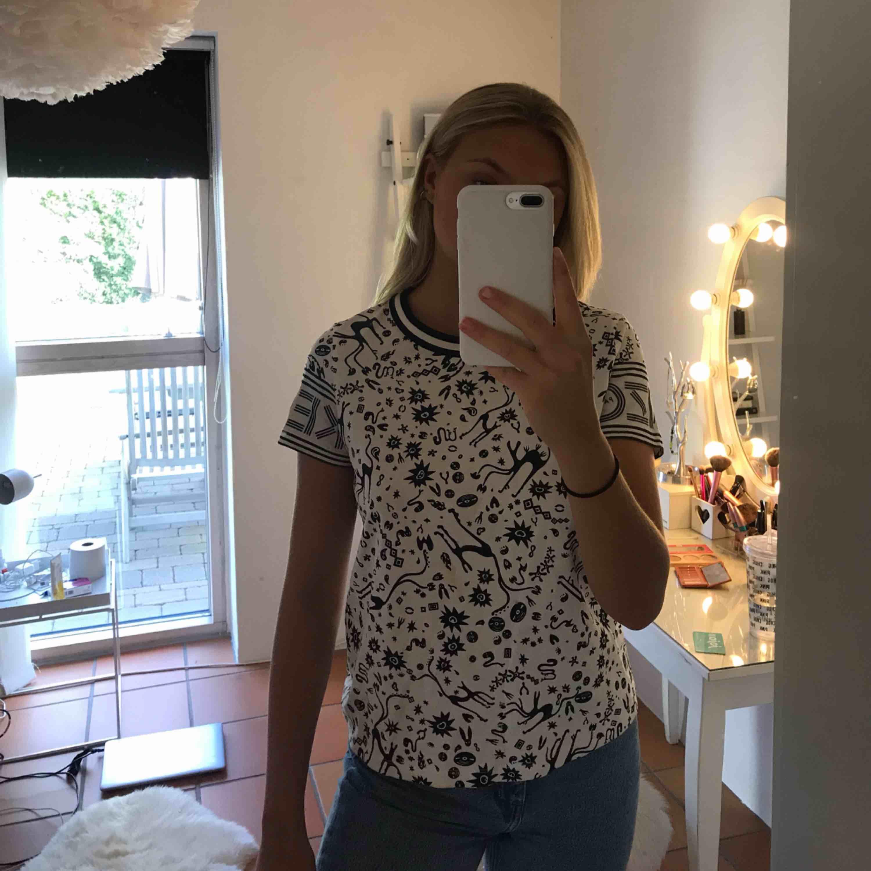 T-shirt från kenzo köpt på NK i Göteborg. Använd ca 10 gånger men är som ny. Storlek XS. Ord pris: 1400kr. Skjortor.