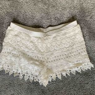 Vita spetsshorts från H&M i storlek S. Säljer pga för små!