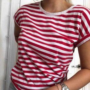 Randig t-shirt från Vila. Plagget har inga defekter och är i fint skick. Använd ett fåtal gånger. Kan frakta mot kostnad🌹