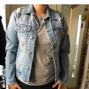 Super cool jeans jacka som klär i allt