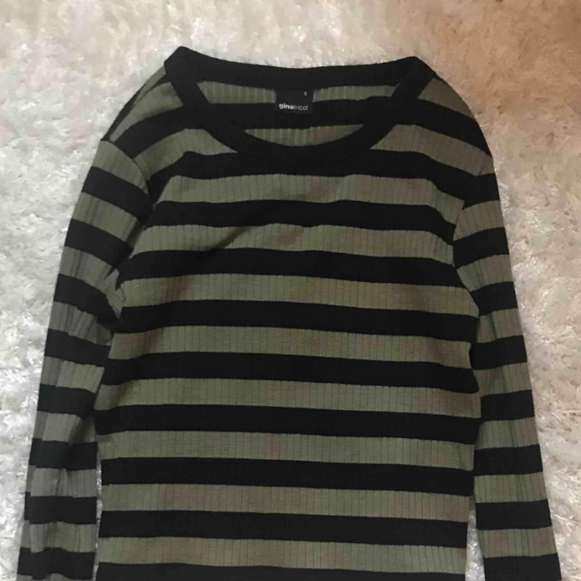 långärmad randig tröja från Ginatricot🤩 storlek S, köpt för 200 kr🤩. Skjortor.