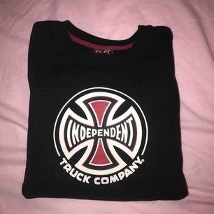 Independent sweatshirt från caliroots, använt den max 5 gånger 9/10