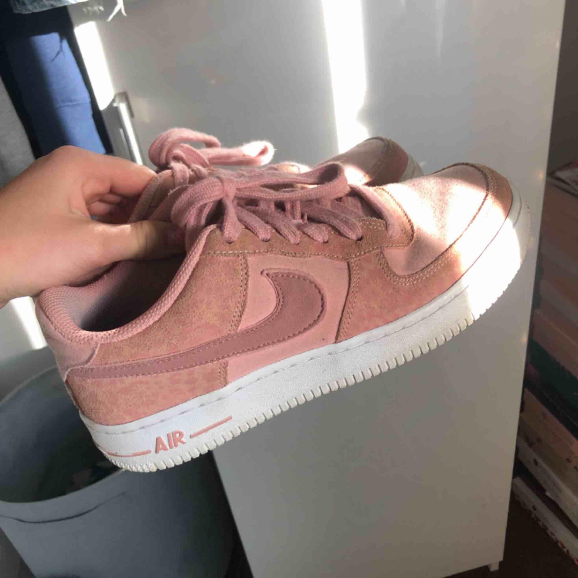 Nike air skor, inte mycket använda, fint skick. Skor.