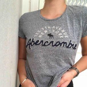 Äkta Abercrombie & Fitch t-shirt✨ Fint skick, inga hål eller fläckar. Passar även S. Inköpt för ca 400-500kr. Kan frakta mot kostnad🌸