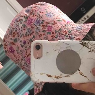 skön rosa blommig buckethat köpt i Montenegro för 100kr och säljs för 58kr inkl frakt (18kr)