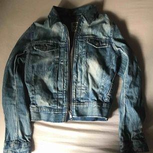 Tunn Jeans jacka från JC med drag kedja. ganska liten i storleken. nästan som ny Använd max 2-3 ggr. pris kan diskuteras. Köparen står för frakten. nypris ca 300kr.
