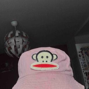 buckethat för 38kr inkl frakt, typ fjongen kostade 50 och hatten 150kr men den e litw busted så säljer billigare ~