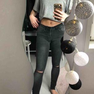 Grå jeans med hål ,låg midja ,stretchiga i materialet .fraktkostnad tillkommer eller så kan jag möta upp i uppsala/Stockholm