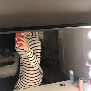 Super snygg tajt klänning från Cubus. Använd ett fåtal gånger och säljer pgr av att den inte kommit till användning. Köparen står för frakten & pris går att diskutera💘