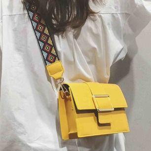 Super fin gul handväska med tjockt axelband. Super trendigt! Justerbar väska!
