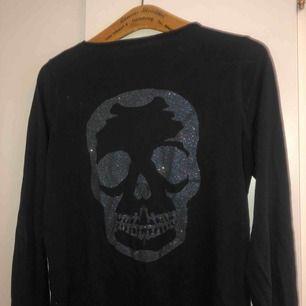 Jättefin tröja från Zadig & Voltaire. Zadig's klassiska dödskalle på ryggen! Nypris 1300kr.