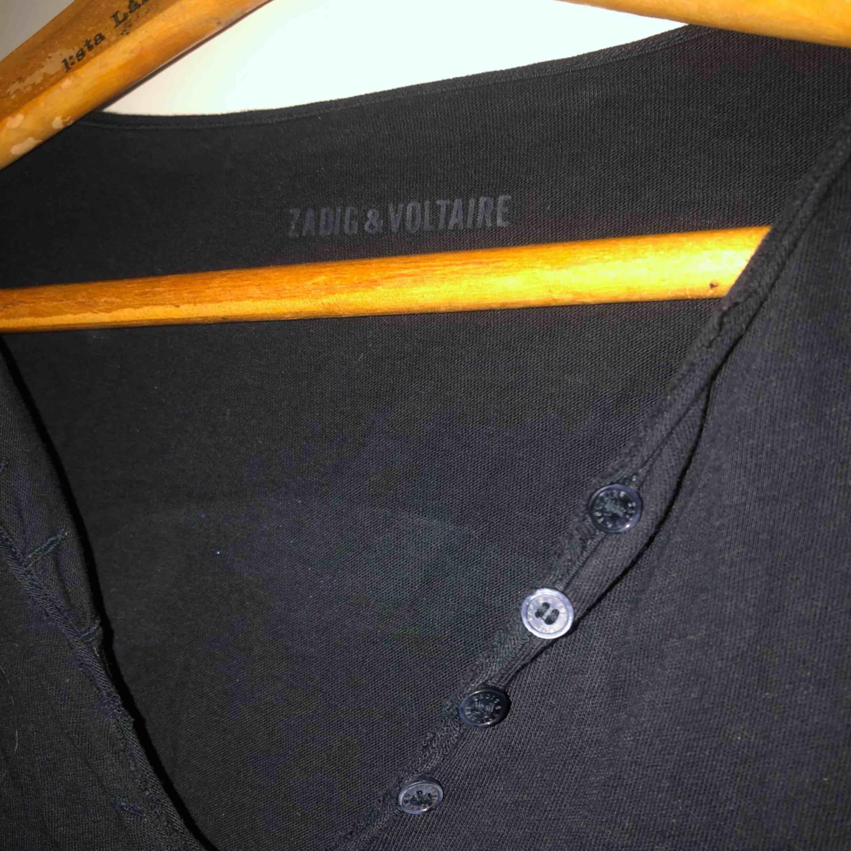 Jättefin tröja från Zadig & Voltaire. Zadig's klassiska dödskalle på ryggen! Nypris 1300kr. . Tröjor & Koftor.