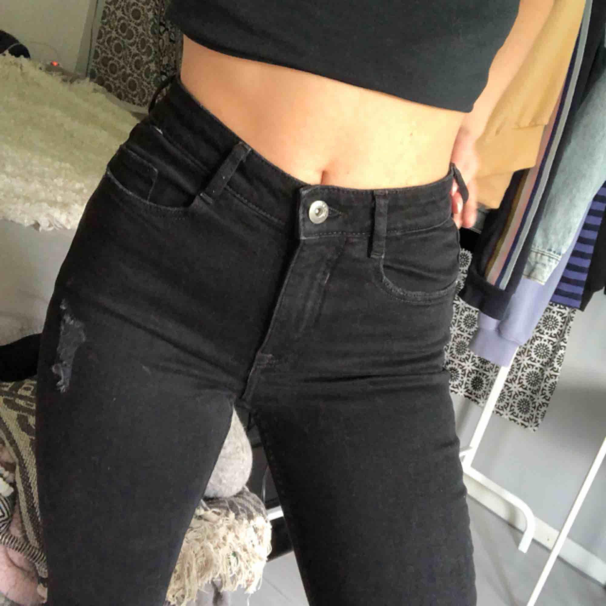 Svarta jeans med hål .använda 1gång .fraktkostnad tillkommer eller så kan jag mötas i Uppsala/Stockholm . Jeans & Byxor.