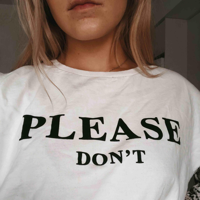"""Tröja med texten """"please don't"""" på framsidan och ärmar med ormskinnsmönster. Sparsamt använd. Dock med en liten fläck på framsidan som inte gått bort. Syns dock knappt.. Tröjor & Koftor."""