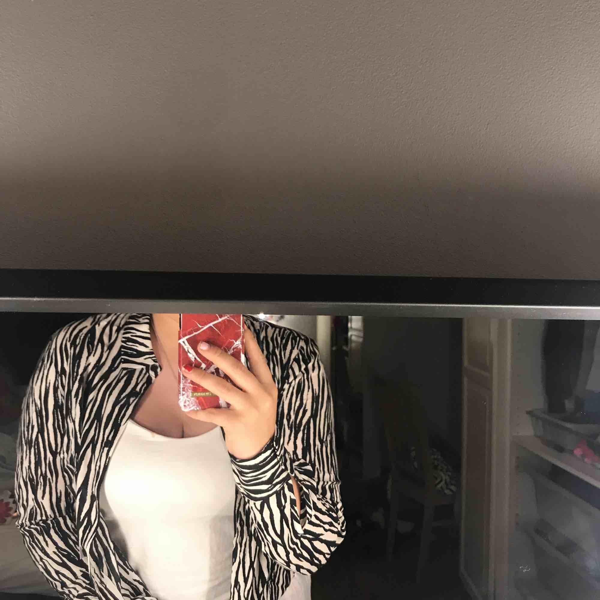 Helt ny zebra inspirerad Blus från Gina Tricot (prislapp kvar)  super fin nu till hösten. Pris kan diskuteras & köparen står för frakten💕💕💕💕. Blusar.