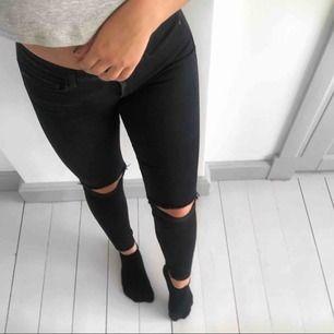 Skönaste jeansen men en mindre defekt (se bild tre) som går att laga med nål och tråd. Annars fint skick. Kan frakta mot kostnad✨💗