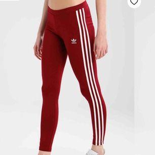 ♥️Röda leggings från  Adidas. Dessa har aldrig kommit till användning då dom tyvärr är för stora för mig. Köparen står för frakten!♥️